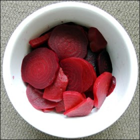 Set aside the sliced beetroot in a bowl.